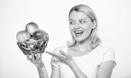 A mulher sabe estada na forma e seja saudável Aproveite-se destes produto e mordida da queda na maçã suculenta posse da menina imagens de stock