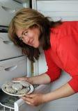 A mulher sai do meatba congelado refrigerador Imagem de Stock Royalty Free