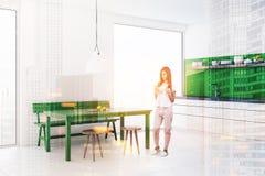 Mulher, sala de jantar do banco verde e cozinha modernas Fotografia de Stock