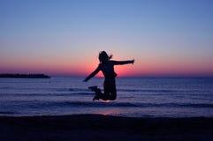 A mulher salta Imagens de Stock