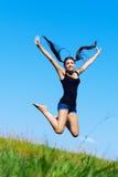 A mulher salta acima Imagens de Stock