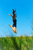 A mulher salta acima Fotos de Stock