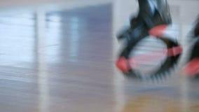 A mulher salta com sapatas do kangoo filme