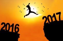 A mulher salta entre 2016 e 2017 Foto de Stock Royalty Free