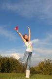 A mulher salta no parque fotografia de stock royalty free