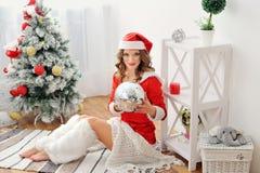Mulher Santa Claus em um fundo das árvores Fotografia de Stock Royalty Free