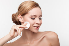 A mulher saudável alegre está limpando sua cara foto de stock royalty free