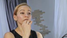 Mulher saudável bonita que faz a massagem de cara do óleo Saúde e cuidados com a pele, massagem chinesa 4K vídeos de arquivo