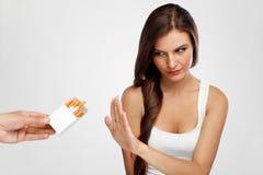 Mulher saudável bonita que para o fumo, recusando cigarros Fotografia de Stock Royalty Free