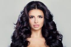 Mulher saudável com pele clara e cabelo encaracolado longo Face perfeita fotos de stock royalty free