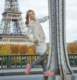 Mulher saudável contra a torre Eiffel em Paris que olha de lado Imagens de Stock Royalty Free