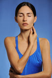 A mulher saudável do esporte faz massagens seu pescoço que impede a dor foto de stock royalty free