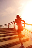 Mulher saudável do estilo de vida que corre nas escadas de pedra Foto de Stock Royalty Free