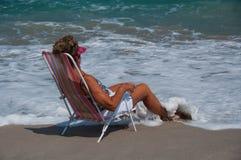 Mulher saudável, madura que relaxa em uma praia de Florida foto de stock