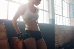 Mulher saudável no sportswear que relaxa após seu exercício imagem de stock royalty free