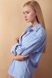 A mulher saudável nova bonita está expressando Imagens de Stock Royalty Free