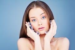 Mulher saudável nova que guarda cubos de gelo Conceito de Skincare dos termas Imagens de Stock