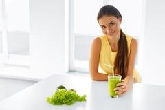 Mulher saudável que bebe o suco verde da desintoxicação Estilo de vida, alimento, Drin Fotografia de Stock