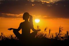 Mulher saudável que faz a ioga exterior, conceito da meditação do cuidado do corpo Imagens de Stock Royalty Free