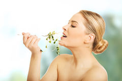 Mulher saudável do nude que come o cuckooflower Foto de Stock Royalty Free