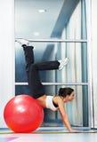 Mulher saudável feliz com esfera da aptidão Imagens de Stock Royalty Free