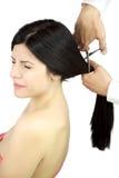 A mulher scared dos olhos do corte de cabelo fechados Imagens de Stock