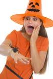 Mulher Scared no chapéu de Halloween com a aranha na mão fotografia de stock