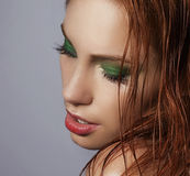 Mulher sedutor do ruivo com cabelos molhados e os olhos fechados Fotos de Stock Royalty Free