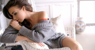 Mulher sedutor no casaco de lã que toca em seu cabelo Imagens de Stock