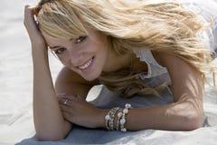 Mulher sedutor que encontra-se para baixo na areia Fotografia de Stock Royalty Free