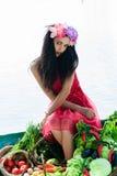 Mulher sedutor que senta-se em um barco Foto de Stock Royalty Free