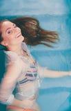 Mulher sedutor 'sexy' de sorriso feliz na água Imagens de Stock