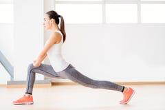 Mulher segura agradável que faz a ginástica aeróbica Foto de Stock