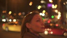 Mulher segura bonita que anda em casa após o dia de trabalho, iluminação da rua vídeos de arquivo