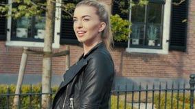 Mulher segura nova que anda nas ruas da cidade vídeos de arquivo