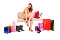 a mulher seleciona sapatas Fotografia de Stock Royalty Free