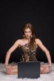 Mulher selvagem nova com caderno Fotografia de Stock