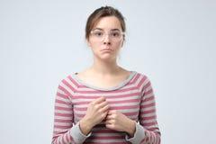 Mulher sem-palavras com braços para baixo para a desilusão foto de stock royalty free