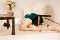 Mulher sem-vida que encontra-se no assoalho (de imitação) Imagens de Stock