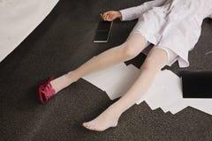 Mulher sem-vida que encontra-se no assoalho (de imitação) Fotografia de Stock Royalty Free
