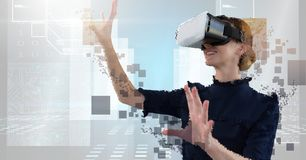 Mulher sensacional Deconstructing da realidade virtual do pixel fotografia de stock