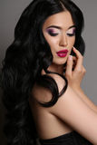 Mulher sensual bonita com cabelo escuro com composição da noite Fotografia de Stock Royalty Free