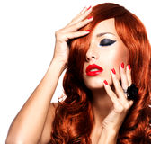 Mulher sensual com cabelos vermelhos longos e os pregos vermelhos Fotos de Stock Royalty Free