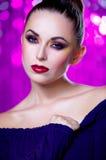 Mulher sensual com a composição que veste o vestido azul 'sexy' foto de stock royalty free