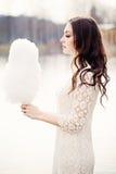Mulher sensual com Floss dos doces Modelo triguenho ao ar livre fotos de stock