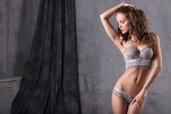 Mulher sensual com o corpo perfeito que veste o levantamento elegante da roupa interior Imagens de Stock