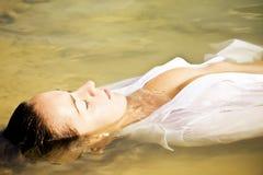 Mulher sensual na água fotos de stock