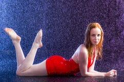 A mulher sensual na água deixa cair o encontro em seu estômago imagem de stock