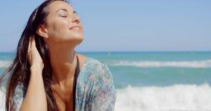 Mulher sensual na praia em um clima tropical filme