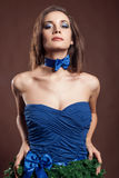 Mulher sensual no conceito do vestido do Natal no fundo marrom Imagens de Stock
